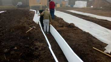 Insulating the foundations / Aislando los cimientos