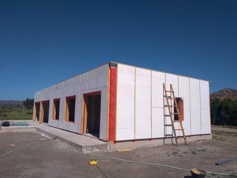 Installing the exterior insulation / instalando la aislación exterior