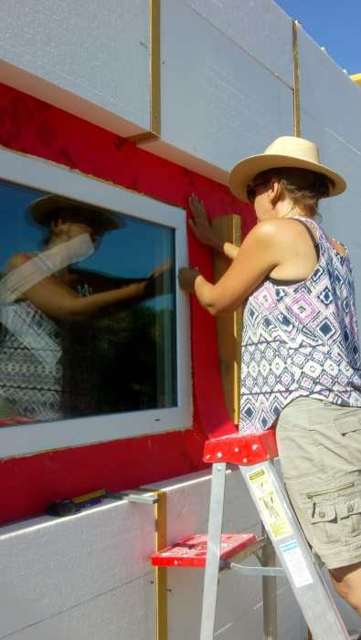 Finishing off the membrane around the windows / Terminando la membrano en las ventanas